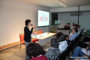 Silvia Antíbas apresentando o SisEB